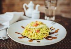 Espaguetis crudos con el calabacín en el restaurante Imagenes de archivo