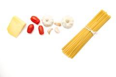 Espaguetis crudos con los ingredientes frescos imagenes de archivo