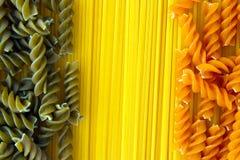 Espaguetis crudos y Fusilli de las pastas Foto de archivo libre de regalías