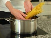 Espaguetis de ebullición Foto de archivo libre de regalías