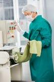 Espaguetis de funcionamiento de In Protective Workwear del cocinero Fotos de archivo