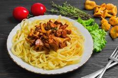 Espaguetis de las pastas con los mízcalos de las setas Fotografía de archivo libre de regalías