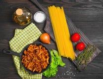 Espaguetis de las pastas con los mízcalos de las setas Foto de archivo