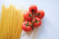 Espaguetis de las pastas con los tomates del rojo de las verduras frescas fotografía de archivo libre de regalías