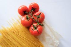 Espaguetis de las pastas con los tomates del rojo de las verduras frescas foto de archivo libre de regalías