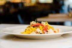 Espaguetis de las pastas de los mariscos con el cóctel de los mariscos Fotos de archivo
