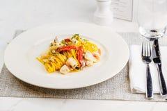 Espaguetis de las pastas de los mariscos con el cóctel de los mariscos Fotografía de archivo