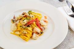 Espaguetis de las pastas de los mariscos con el cóctel de los mariscos Imagen de archivo libre de regalías