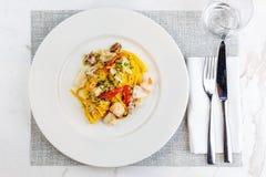 Espaguetis de las pastas de los mariscos con el cóctel de los mariscos Fotografía de archivo libre de regalías