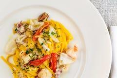 Espaguetis de las pastas de los mariscos con el cóctel de los mariscos Foto de archivo