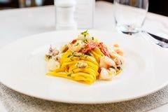 Espaguetis de las pastas de los mariscos con el cóctel de los mariscos Imagenes de archivo