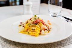 Espaguetis de las pastas de los mariscos con el cóctel de los mariscos Imágenes de archivo libres de regalías