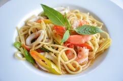 Espaguetis de los mariscos con la hoja de la albahaca Imagen de archivo