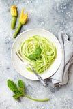 Espaguetis del calabacín con albahaca Pastas bajas vegetales vegetarianas del carburador Tallarines o zoodles del calabacín imagen de archivo libre de regalías
