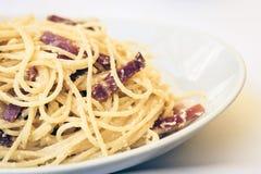 Espaguetis del carbonara de las pastas con el jamón, el tocino y el parmesano fresco en la placa blanca en restaurante en Catania imagen de archivo