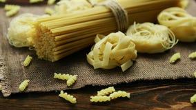 Espaguetis del diferente tipo en servilleta metrajes