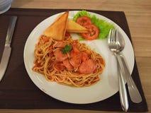 Espaguetis del tomate con la tostada imagen de archivo libre de regalías