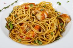 Espaguetis deliciosos con los camarones Comida de Italia fotografía de archivo libre de regalías