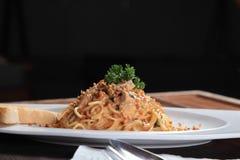Espaguetis deliciosos en la tabla del restaurante Fotos de archivo libres de regalías