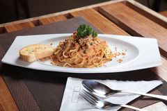 Espaguetis deliciosos en la tabla del restaurante Foto de archivo