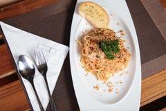 Espaguetis deliciosos en la tabla del restaurante Imágenes de archivo libres de regalías