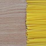 Espaguetis en el fondo de madera imagen de archivo