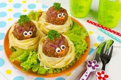 Espaguetis divertidos con las albóndigas para los niños Imagen de archivo