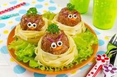 Espaguetis divertidos con las albóndigas para los niños Foto de archivo