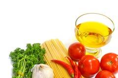 Espaguetis e ingredientes Imágenes de archivo libres de regalías