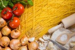 Espaguetis e ingredientes Imagenes de archivo