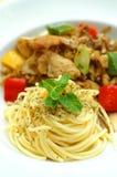 Espaguetis en el plato blanco Imagenes de archivo