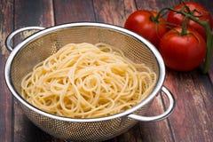 Espaguetis en un collander del acero inoxidable Imágenes de archivo libres de regalías