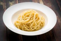 Espaguetis en un cuenco blanco Fotografía de archivo libre de regalías