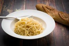 Espaguetis en un cuenco blanco Foto de archivo