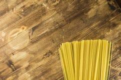 Espaguetis en un fondo de madera Fotos de archivo libres de regalías