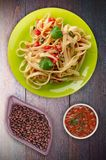 Espaguetis en una placa Foto de archivo libre de regalías