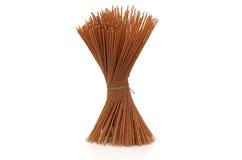 Espaguetis enteros crudos del grano atados Imagen de archivo