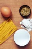 Espaguetis, huevo, harina, especie del orégano fotos de archivo