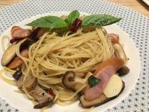Espaguetis italianos con las salchichas Imagenes de archivo