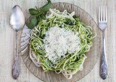 Espaguetis italianos con pesto Fotos de archivo