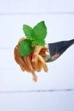 Espaguetis italianos con queso Foto de archivo libre de regalías