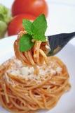Espaguetis italianos con queso Imágenes de archivo libres de regalías