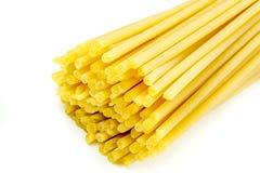 Espaguetis italianos crudos en un fondo blanco Fotos de archivo libres de regalías