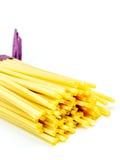 Espaguetis italianos crudos en un fondo blanco Imagen de archivo libre de regalías