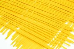 Espaguetis italianos crudos en un fondo blanco Foto de archivo