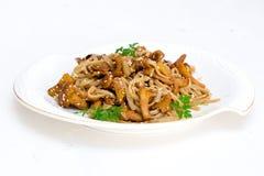 Espaguetis orgánicos con las setas Foto de archivo libre de regalías