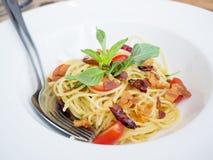 Espaguetis picantes con cerdo curruscante Imágenes de archivo libres de regalías