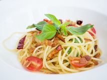 Espaguetis picantes con cerdo curruscante Foto de archivo libre de regalías