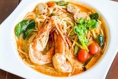 espaguetis picantes con el camarón (kung de tom yum) imagen de archivo libre de regalías