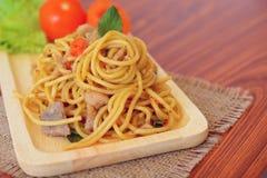 Espaguetis picantes sofritos con el pollo Estilo tailandés Foto de archivo